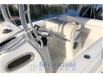 BOSTON WHALER BOSTON 220 OUTRAGE